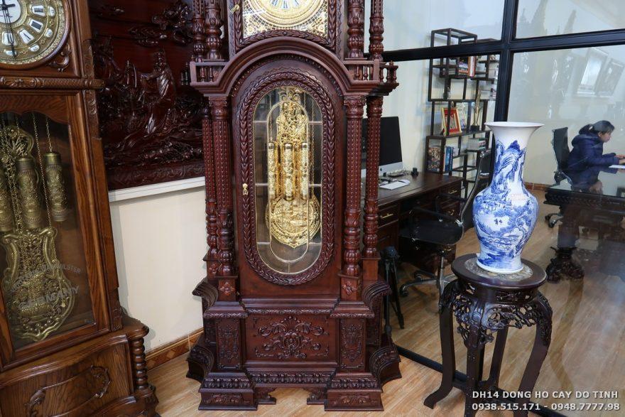 Phần tủ đồng hồ được làm từ chất liệu gỗ gụ ta cao cấp (Ảnh: Dotinh.com)