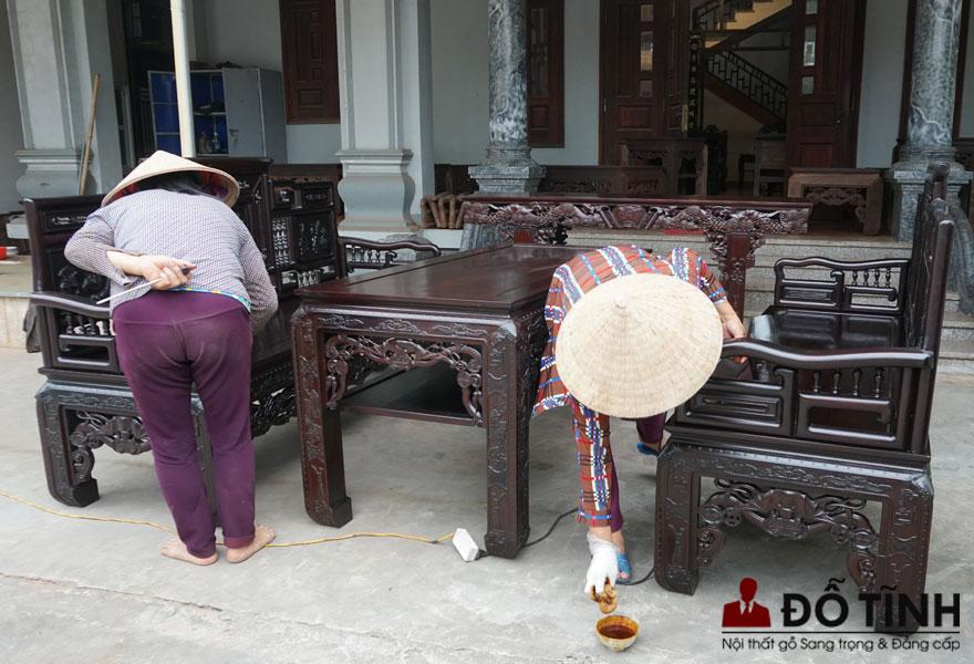 Bàn giao bộ trường kỷ cổ đồ đại cho khách hàng tại Hải Dương (Ảnh: Dotinh.com)