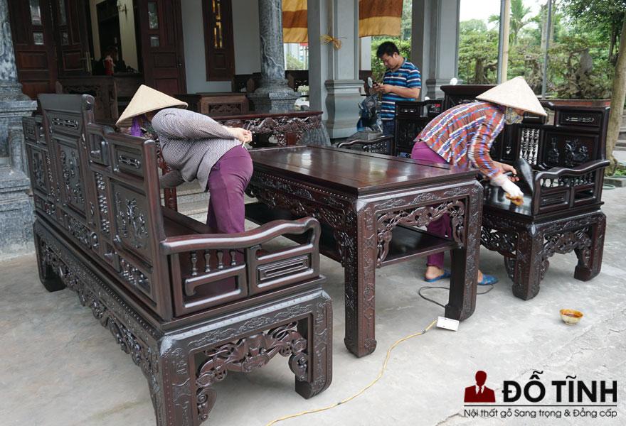 Người thợ đang đánh vecni truyền thống để tôn lên vẻ đẹp tự nhiên, căng mịn, trượng phu của bộ cổ đồ đại - Ảnh: Dotinh.com