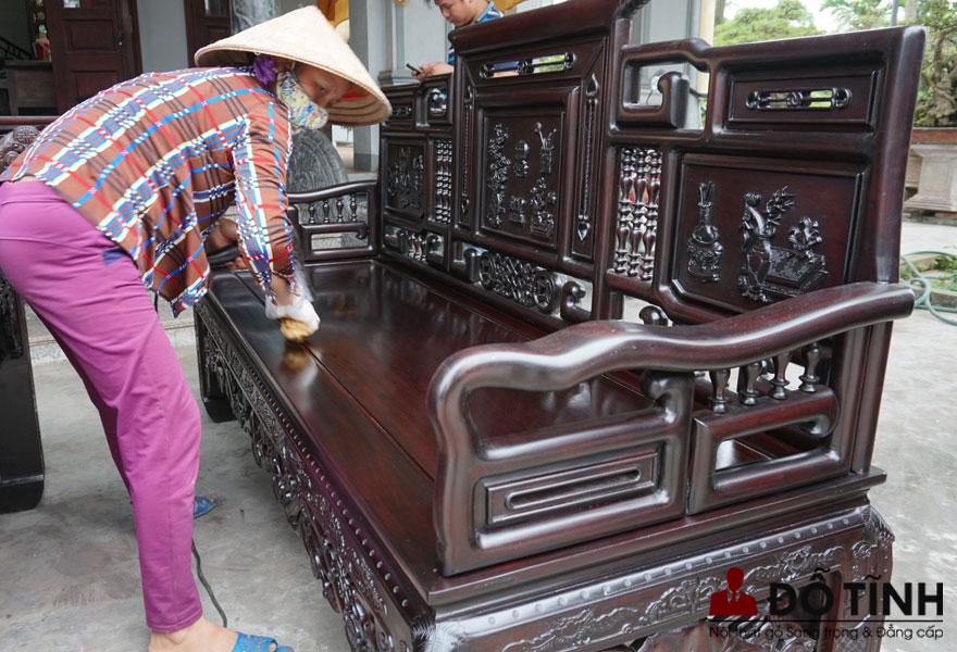 Trường cổ đồ đại được làm từ chất liệu gụ Quảng Bình (Ảnh: Internet)