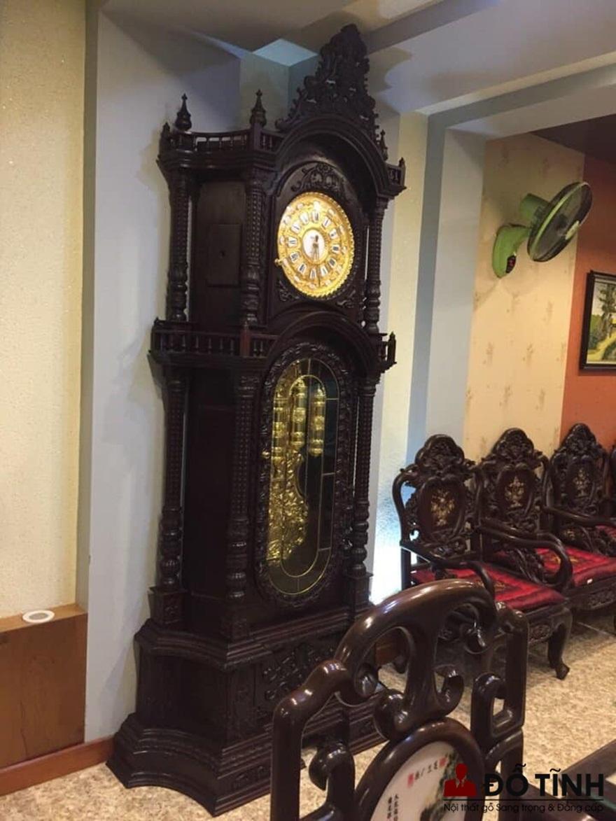 Cách đặt đồng hồ cây trong phòng khách thu hút tài lộc (Ảnh: Dotinh.com)