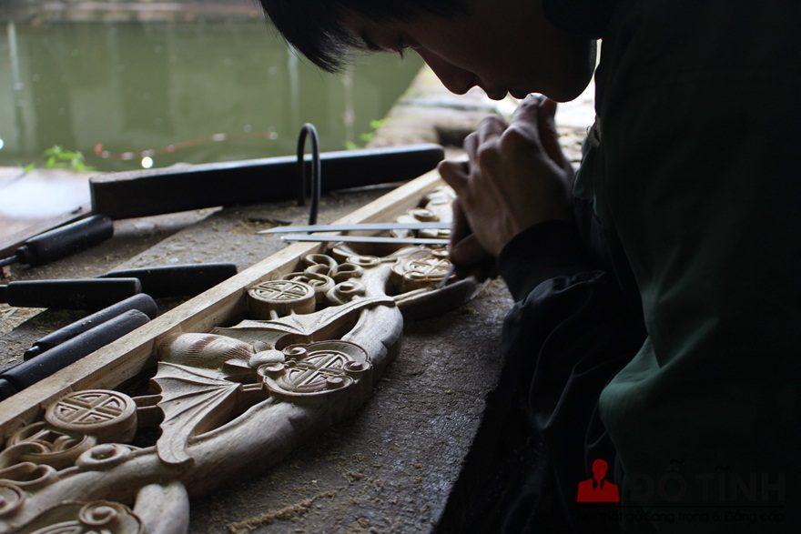 Để tạo nên đường nét mượt, hoa văn bóng mịn cần đôi tay tài hoa và sự tập trung miệt mài của người thợ giỏi (Ảnh: Dotinh.com)