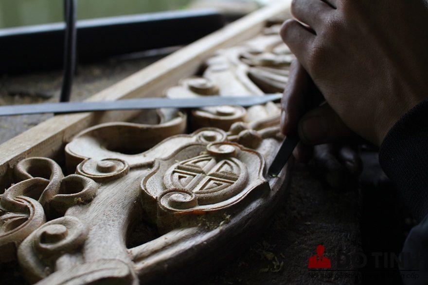 Người thợ dùng đôi bàn tay mềm mại đang nạo vét để làm mịn màng hoa văn, góc cạnh (Ảnh: Dotinh.com)