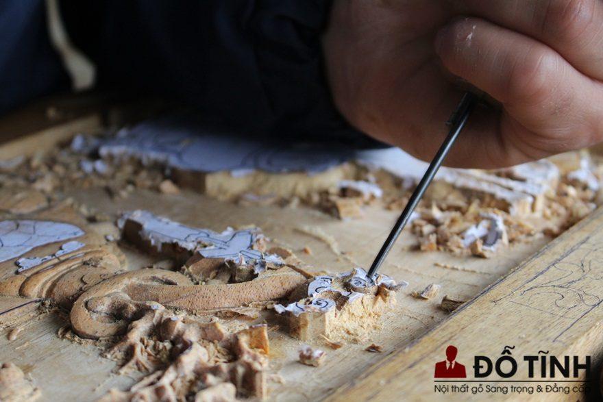 Cái hay của gỗ tự nhiên là bạn có thể thỏa sức sáng tạo, đục vẻ đep khuôn mẫu với hình ảnh sinh động, bắt mắt (Ảnh: Dotinh.com)
