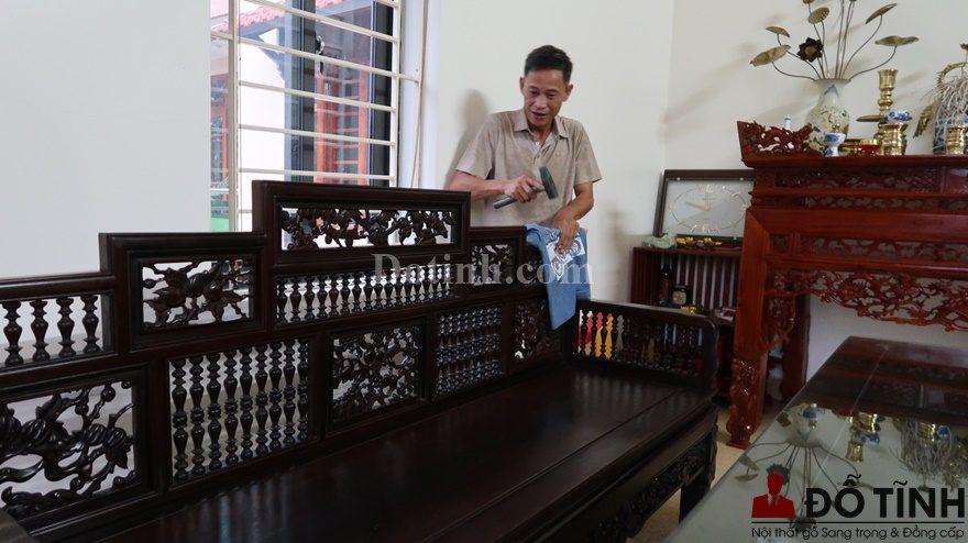 Người thợ lắp ráp vừa lắp vừa xem độ cân đối của trường kỷ song tiện ngũ sơn (Ảnh: Internet)