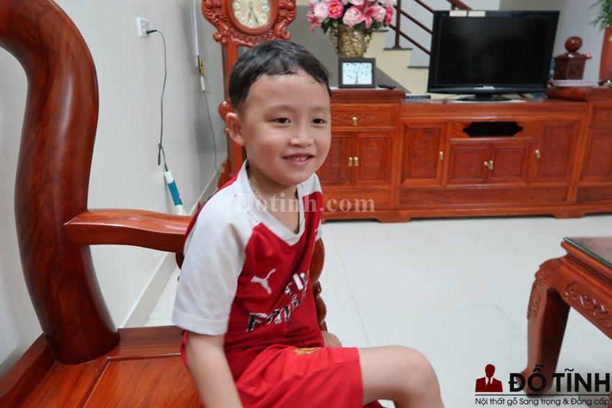 Cả cậu bé con này cũng không giấu nổi sự vui mừng khi nhà mình lại có thêm người bạn mới đến - Trường kỷ song tiện làm đẹp cho ngôi nhà (Ảnh: Dotinh.com)