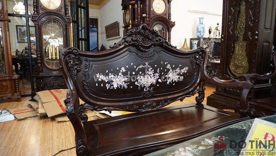 Hoa văn hoa lá tây đều xuất hiện mềm mại xung quanh bộ ghế (Ảnh: Dotinh.com)