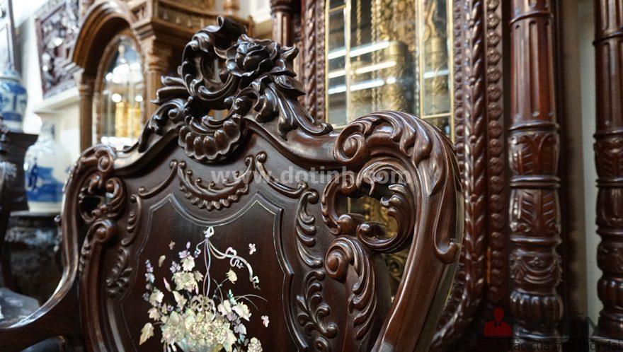 Phần tựa ghế cũng được chạm khắc cầu kỳ (Ảnh: Dotinh.com)