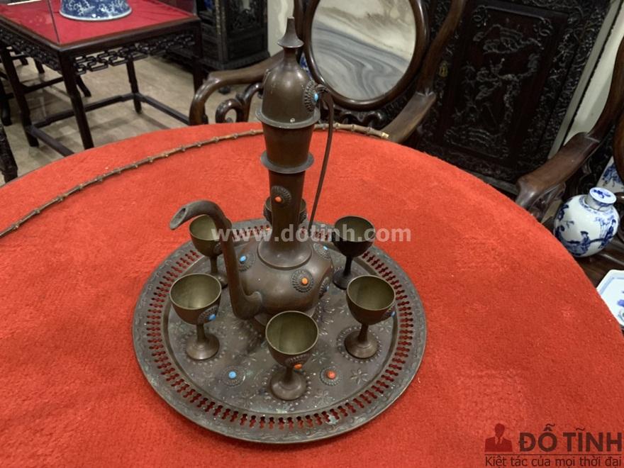 CV04: Bộ ấm chén cổ vật bằng đồng (Ảnh: Dotinh.com)