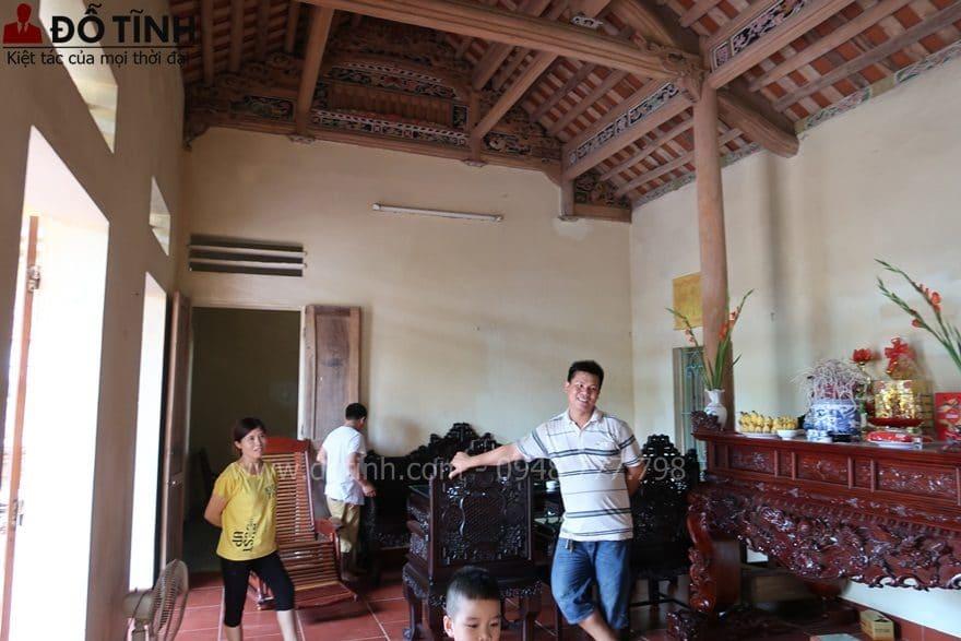 Niềm hạnh phúc khi sở hữu được bộ trường kỷ ngũ lân vờn cầu - Ảnh: Dotinh.com