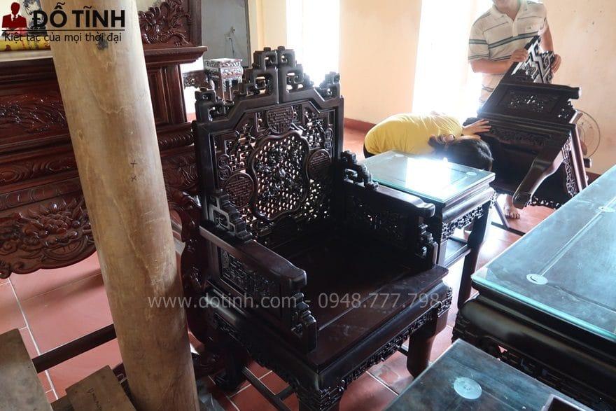 Chị Loan đang kiểm tra gầm ghế - Ảnh: Dotinh.com