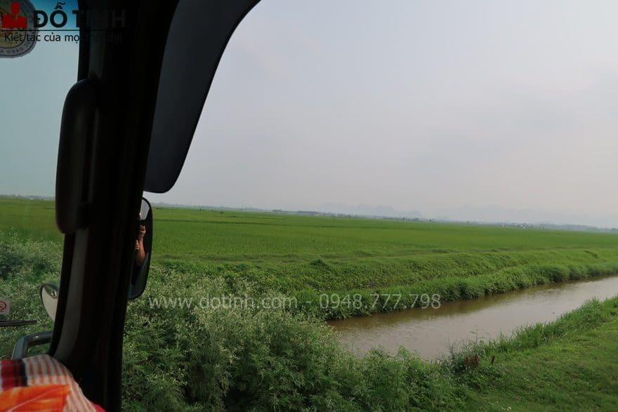 Cảnh sắc đường quê nơi đây rất là tươi xanh, bình dị khiến tâm hồn ta trở nên thanh thản, bình yên - Ảnh: Dotinh.com