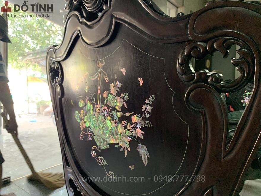 Mặt sau của lưng ghế cũng được khảm ốc váng sáng lóa - Ảnh: Dotinh.com