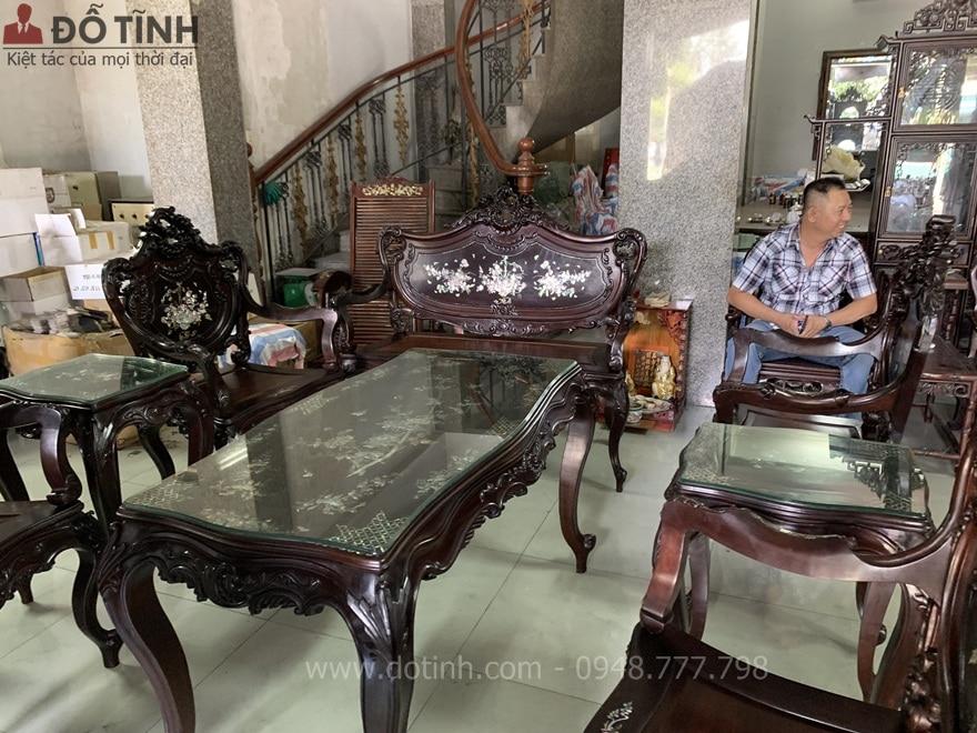 Sự thích thú của các thành viên trong gia đình chú Định khi sở hữu bộ ghế louis khảm ốc 9 món - Ảnh: Dotinh.com