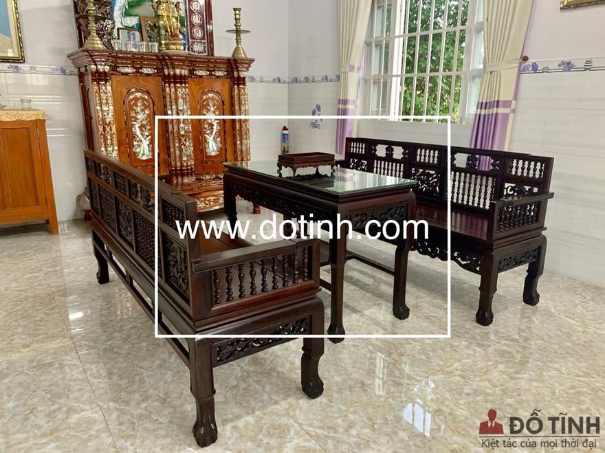 Bộ trường kỷ TK28 được đặt trịnh trọng tại gian thờ tự của gia đình - Ảnh: Dotinh.com