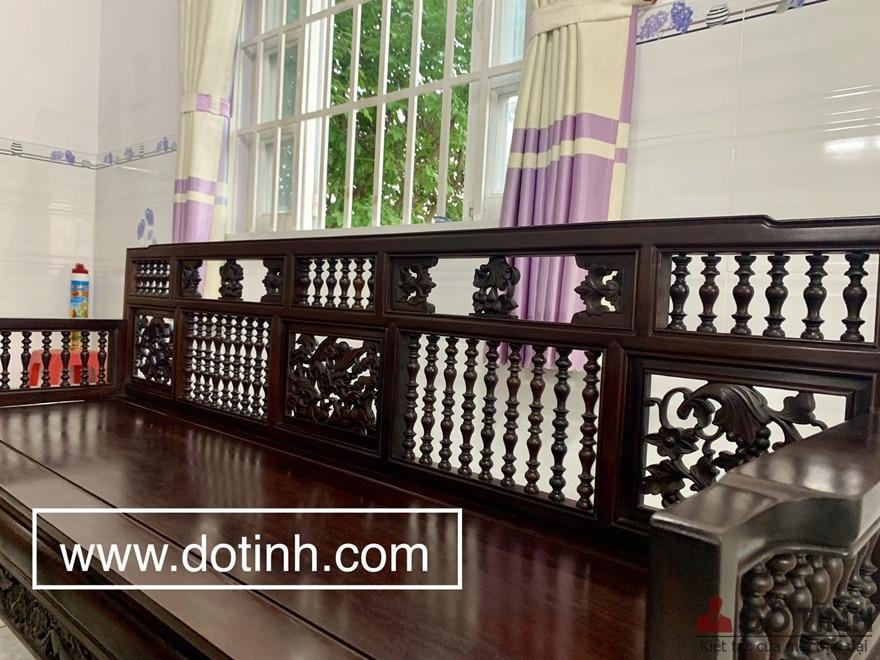 Bộ bàn ghế trường kỷ được đánh vecni trần giúp phơi ra những đường vân gỗ gụ đẹp, tự nhiên - Ảnh: Dotinh.com