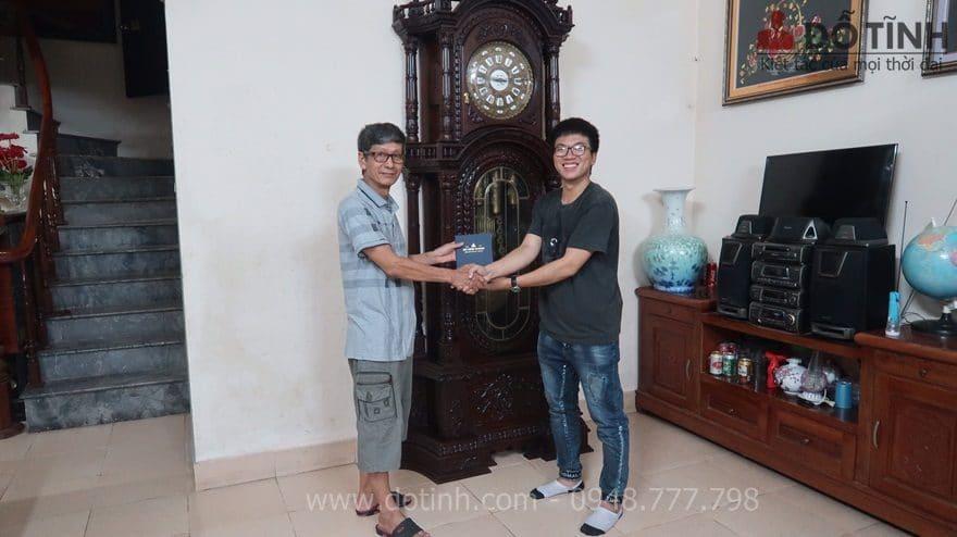 Sự hạnh phúc khi đồng hồ cây gỗ gụ DH12 đã được trao cho gia đình bác Quyết - Ảnh: Dotinh.com