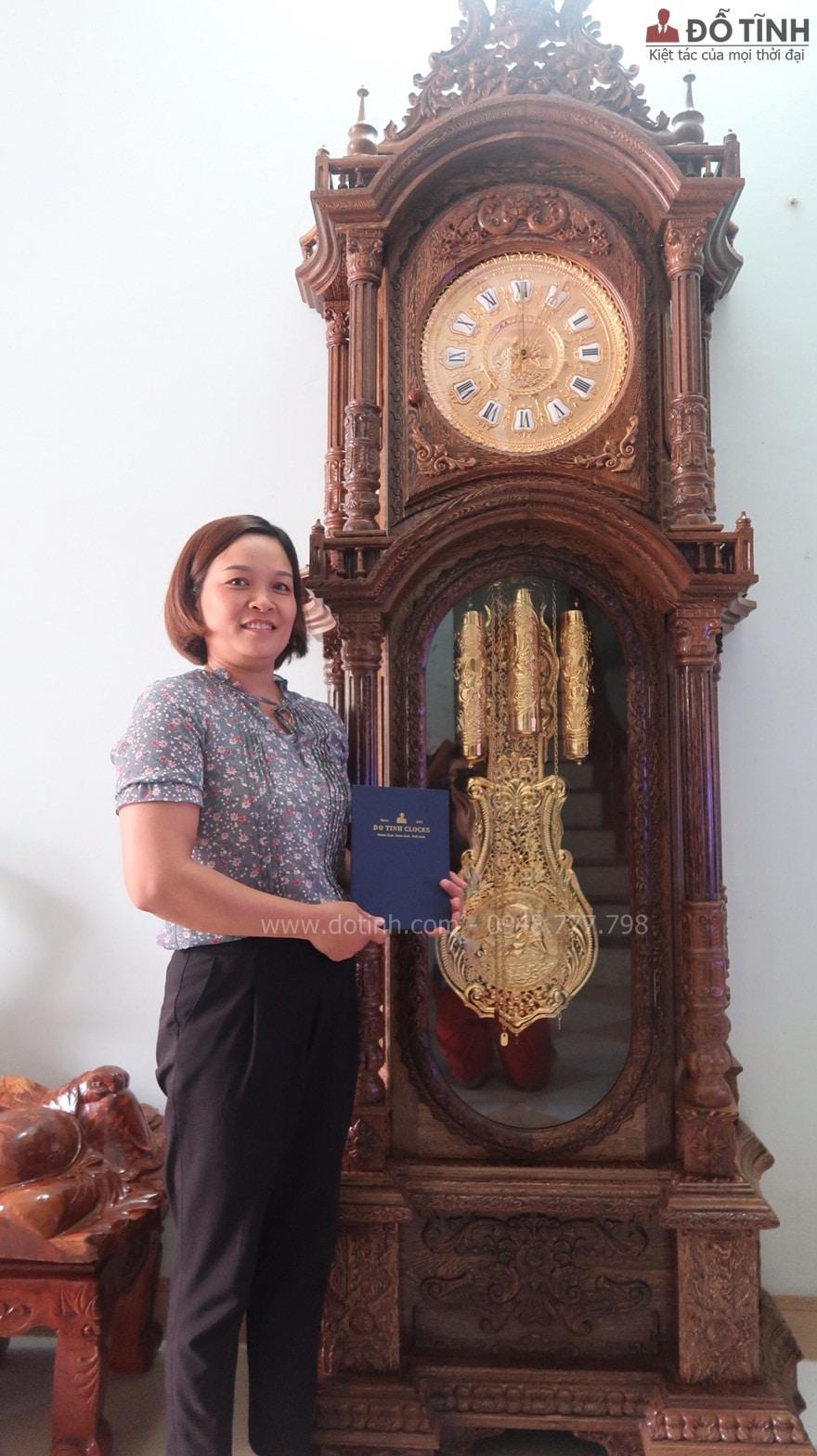 Bàn giao đồng hồ cây gỗ mun đuôi công tại Điện Biên - Ảnh: Internet