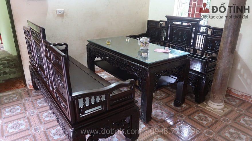 Bàn giao bộ trường kỷ cổ đồ đại 3 món cho anh Dũng tại Hà Nội - Ảnh: Dotinh.com