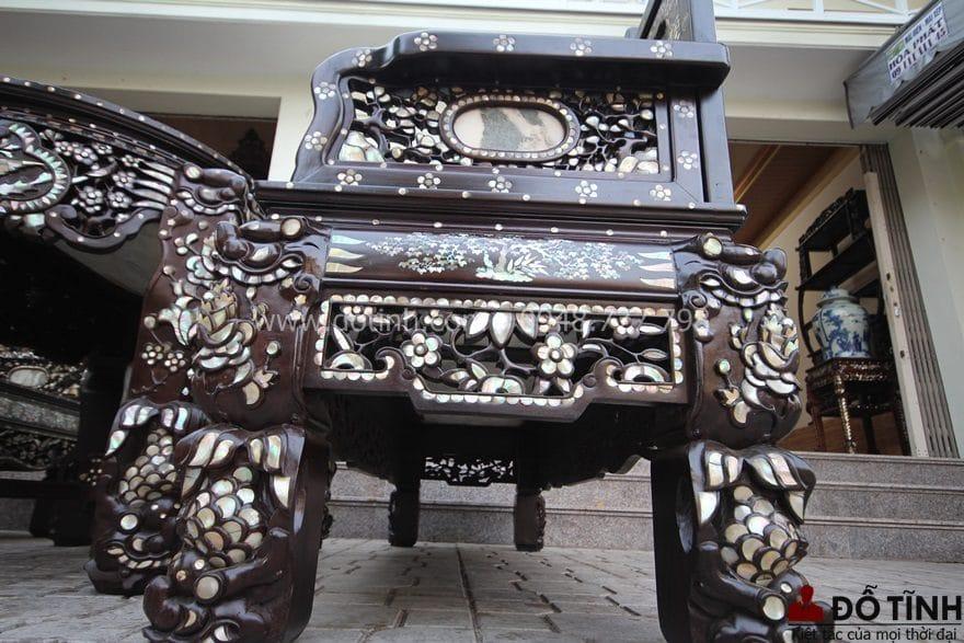 Sự hoành tráng, bề thế của bộ bàn ghế trường kỷ ngũ sơn Huế khảm ốc - Ảnh: Dotinh.com