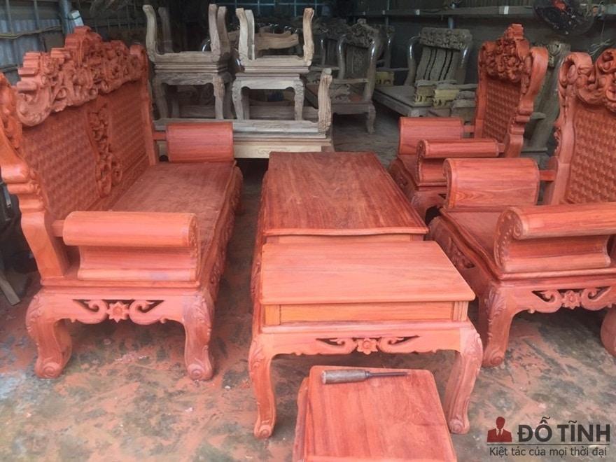 Bàn ghế làm từ gỗ hương huyết - Ảnh: Internet