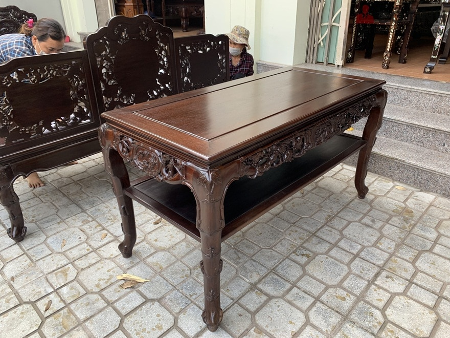 Mặt bàn phẳng lì như 1 tấm gương soi - Ảnh: Dotinh.com