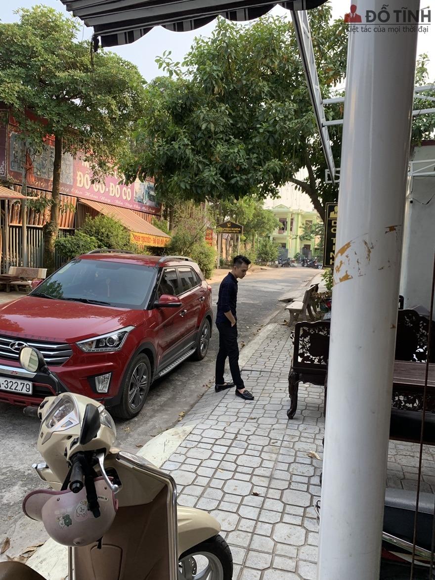 Vị khách đang ngắm nghía lại bộ ghế trước khi đưa về Hải Phòng - Ảnh: Dotinh.com