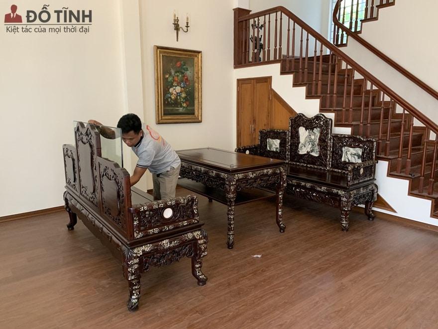Bộ trường kỷ gỗ gụ khảm trai ngoài sự công phu, tỉ mỉ còn được lựa chọn chất gỗ gụ cao cấp, ốc đỏ lửa vàng chanh - Ảnh: Dotinh.com