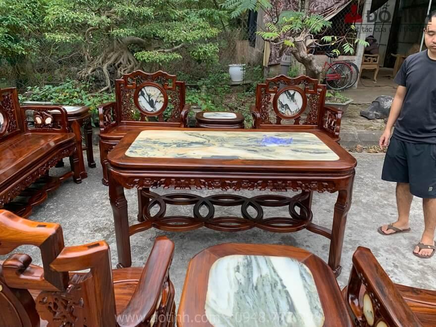 4 chiếc đôn đều được ốp mặt đá vân gỗ tự nhiên cho người xem như đang ở trên núi cao ngắm cảnh thiên nhiên kỳ vĩ - Ảnh: Dotinh.com