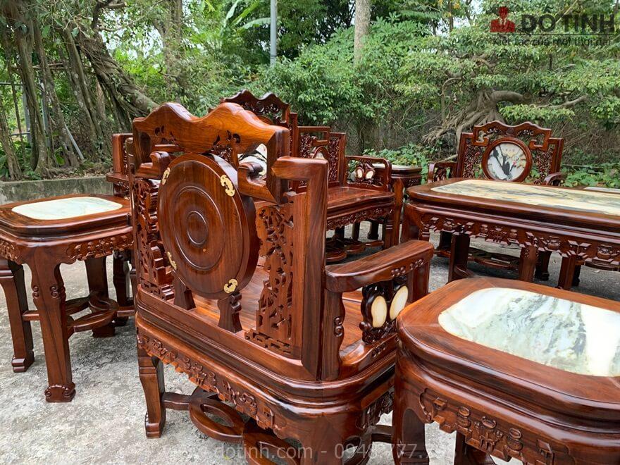 Mặt sau của bộ bàn ghế móc 10 món cũng được chà nhám kỹ càng, nét căng - Ảnh: Dotinh.com
