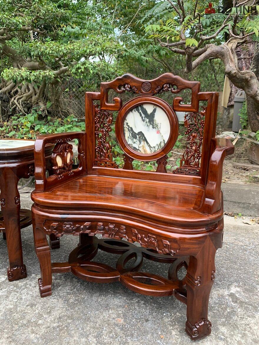 Đây chính là 1 trong 4 chiếc ghế cực kỳ uy nghi với đường nét chạm trổ mảnh mai, thanh khiết - Ảnh: Dotinh.com