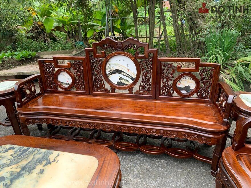 Đây chính là chiếc ghế trường kỷ với độ dài gần 2m và 3 tựa ghế tam sơn được ghép nối mộng thẳng đều tăm tắp - Ảnh: Dotinh.com