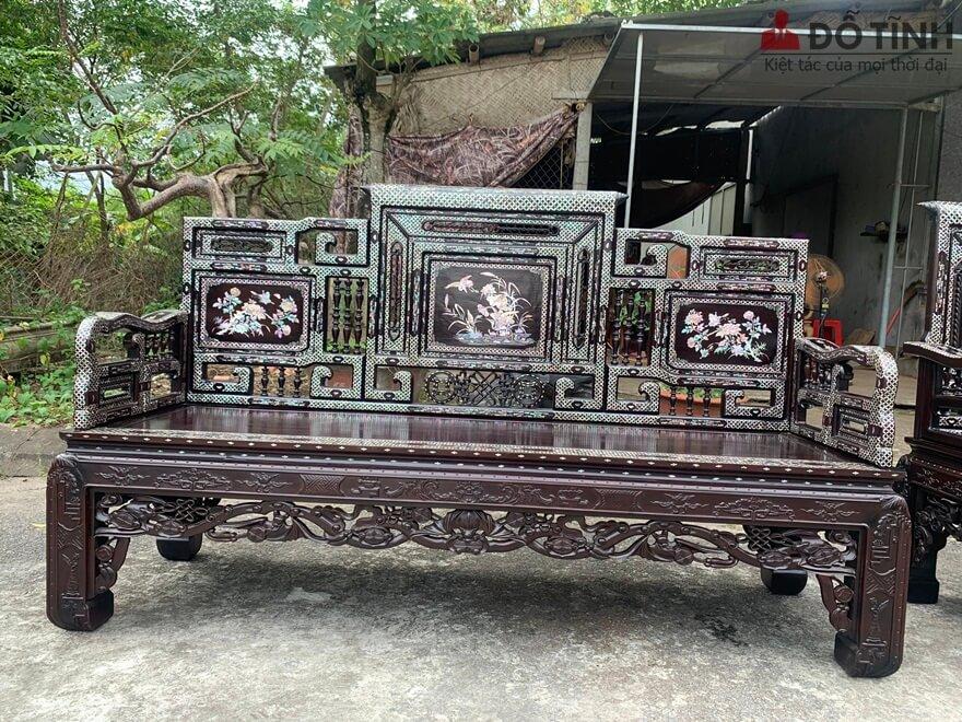 Chúng ta có thể thấy toàn bộ dạ bàn được nghệ nhân của Đỗ Tĩnh đục chạm những đường triện lá dắt xen kẽ với cổ đồ và nền gấm hoa chanh. Làm tôn nên vể cứng cấp hoành tranh cho bộ bàn - Ảnh: Dotinh.com