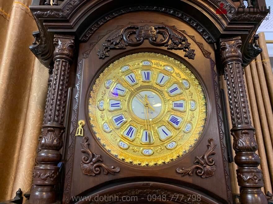 Mặt đồng hồ dát vàng 24k sáng bóng nhìn khá sang trọng - Ảnh: Dotinh.com