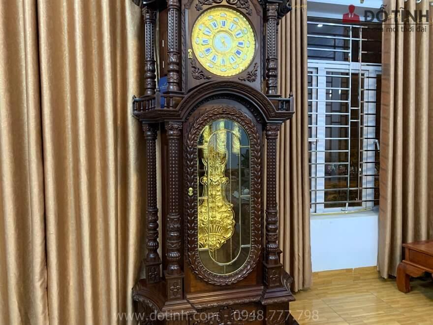 Sự sang trọng, đẳng cấp của đồng hồ cây thể hiện rõ nhất qua bộ máy dát vàng - Ảnh: Dotinh.com