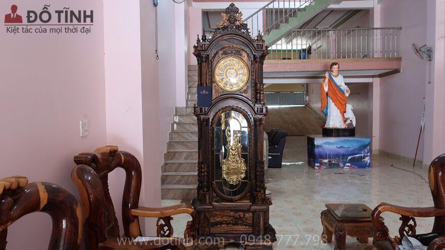 Đồng hồ cây gỗ mun hoa tại Lâm Đồng được trưng bày trong không gian phòng khách gia đình - Ảnh: Dotinh.com
