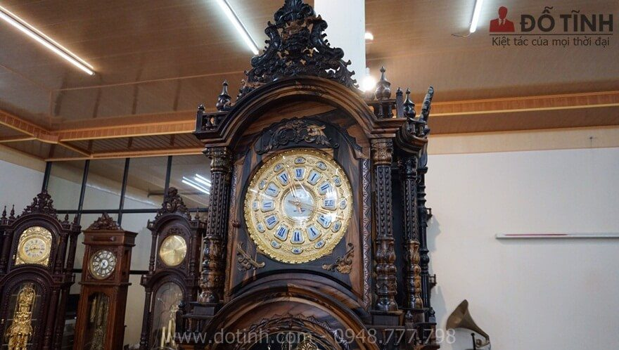 Mặt diện của đồng hồ cây gỗ mun hoa dát vàng 24k - Ảnh: Dotinh.com
