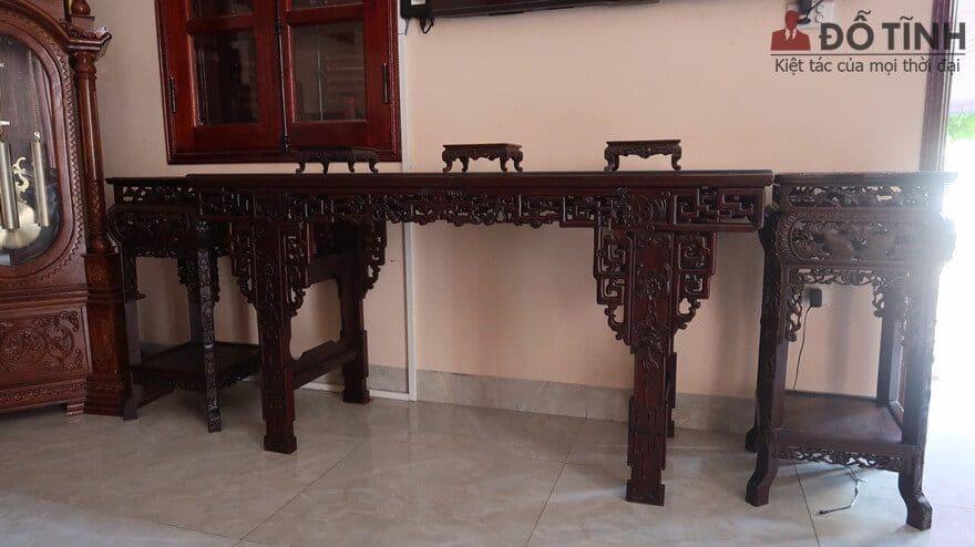 Bàn trưng bày đồ gỗ gụ chính là 1 chiếc bàn với kiểu dáng lối tàu đục chạm tinh tế