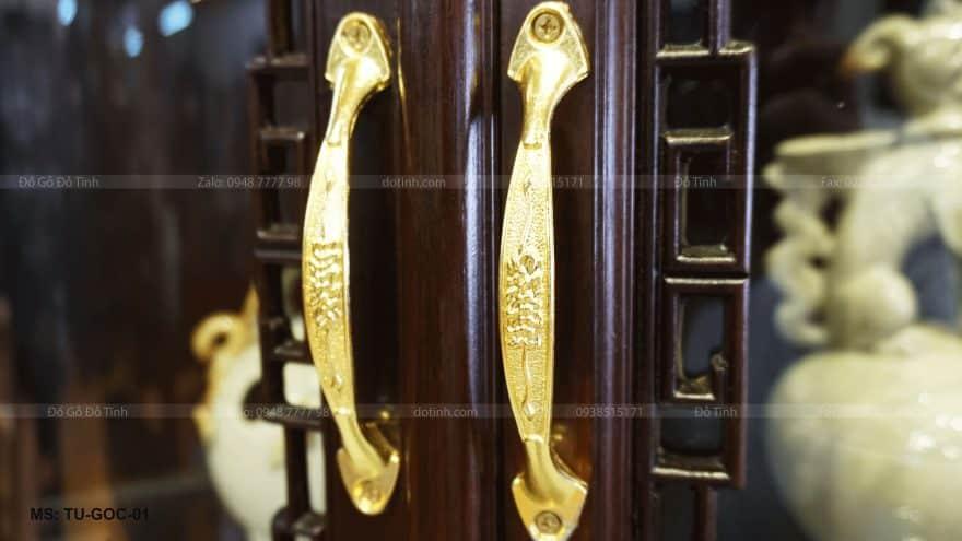 Tủ góc được làm bằng chất liệu gỗ gụ mật do Đỗ Tĩnh sản xuất