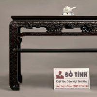 một chiếc bàn của bộ bàn ghế trường kỷ cung đình triện dắt huế